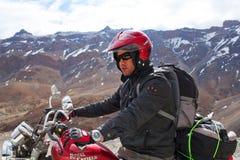 Turista de la moto en el ladakh, la India Fotografía de archivo libre de regalías