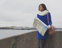 Turista de la muchacha que camina el río Fotografía de archivo libre de regalías