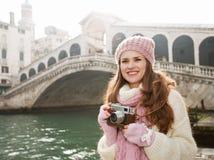 Turista de la mujer con la cámara retra en el frente del puente de Rialto Fotografía de archivo libre de regalías