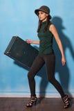 Turista de la mujer con la maleta del viaje Imagenes de archivo