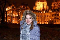 Turista de la mujer en el parlamento húngaro imagen de archivo