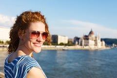 Turista de la mujer en gafas de sol en Budapest imagen de archivo libre de regalías