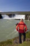 Turista de la mujer en la cascada de Godafoss, Islandia foto de archivo libre de regalías