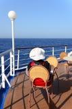 Turista de la mujer en la cubierta de un barco de cruceros Imagenes de archivo