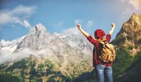 Turista de la mujer en la parte superior de la montaña en la puesta del sol al aire libre durante alza Fotos de archivo libres de regalías