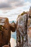 Turista de la mujer en las montañas de Noruega Kjerag del viaje de Kjeragbolten imagenes de archivo