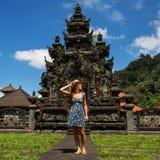 Turista de la mujer en un templo en la isla de Bali imagen de archivo libre de regalías