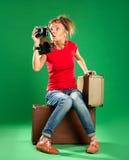 Turista de la mujer joven con la cámara y una maleta Fotografía de archivo