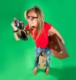 Turista de la mujer joven con la cámara y una maleta Imagenes de archivo