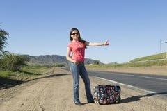 Turista de la mujer joven en la pista Imagen de archivo libre de regalías