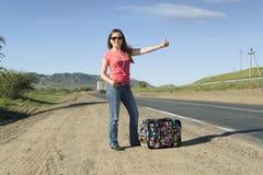 Turista de la mujer joven en la pista Fotos de archivo libres de regalías