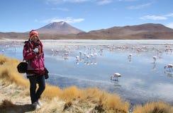 Turista de la mujer joven en sorprender Laguna Hedionda Imagen de archivo