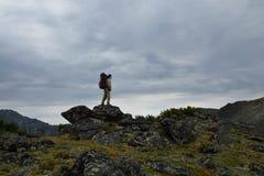 Turista de la mujer joven que camina encima del canto Barguzi de la montaña Fotos de archivo libres de regalías