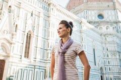 Turista de la mujer joven que coloca el Duomo cercano en Florencia, Italia Imágenes de archivo libres de regalías