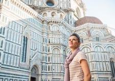 Turista de la mujer joven que hace turismo en Florencia, Italia Foto de archivo