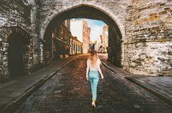 Turista de la mujer que camina en viejas vacaciones a solas que viajan de la ciudad de Tallinn foto de archivo