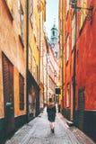 Turista de la mujer que camina solamente en Estocolmo fotografía de archivo