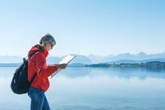 Turista de la mujer que lee el mapa, viajando en Noruega Fotos de archivo