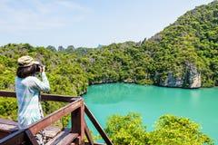 Turista de la mujer que toma la laguna del azul de las fotos Fotografía de archivo