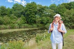 Turista de la señora con la mochila Fotografía de archivo
