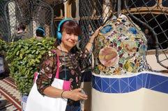 Turista de Latina en el patio en la casa Batllo imágenes de archivo libres de regalías