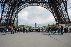 Turista debajo de la torre Eiffel Imagen de archivo libre de regalías