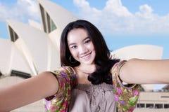 Turista del adolescente en el teatro de la ópera Fotos de archivo