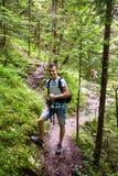 Turista del adolescente en un rastro de montaña Imágenes de archivo libres de regalías