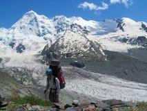 Turista del alpinista con la mochila grande en montañas caucásicas, cerca de Tetnuldi foto de archivo libre de regalías