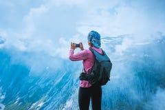 Turista del fotografo della natura vicino al lago norway Fotografie Stock Libere da Diritti