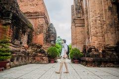 Turista del hombre en Ventname Cham Tovers del Po Nagar Concepto del viaje de Asia Foto de archivo