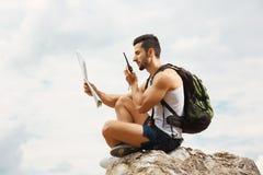 Turista del hombre joven con una mochila fotos de archivo