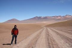 Turista del hombre joven en el desierto de Atacama en Bolivia Fotos de archivo libres de regalías