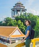 Turista del hombre joven en el templo budista Kek Lok Si en Penang, malayo Foto de archivo