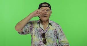 Turista del hombre mayor en danzas coloridas de la camisa Viejo hombre hermoso en llave de la croma almacen de video