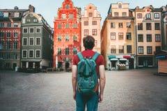 Turista del hombre que camina en el viaje de Estocolmo que hace turismo fotografía de archivo libre de regalías