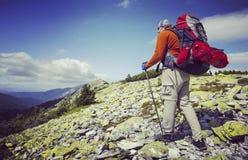 Turista del hombre que camina las montañas Fotos de archivo libres de regalías