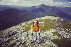 Turista del hombre que camina las montañas Imagen de archivo libre de regalías