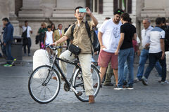 Turista del hombre que toma una imagen Muchos turistas Foto de archivo libre de regalías