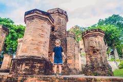 Turista del niño pequeño en Vietnam Cham Tovers del Po Nagar Concepto del viaje de Asia Fotografía de archivo