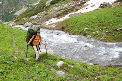 Turista del viaggiatore con zaino e sacco a pelo nelle montagne. Fotografia Stock Libera da Diritti
