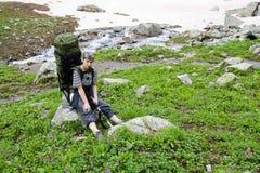 Turista del viaggiatore con zaino e sacco a pelo nelle montagne. Fotografia Stock