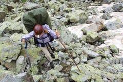 Turista del viaggiatore con zaino e sacco a pelo nelle montagne. Fotografie Stock
