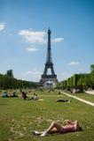 Turista delante de la torre Eiffel en París Foto de archivo libre de regalías