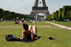 Turista delante de la torre Eiffel en París Fotografía de archivo libre de regalías