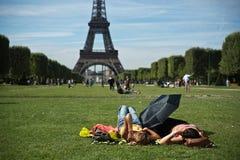 Turista delante de la torre Eiffel en París Foto de archivo