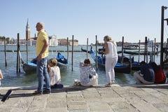 Turista delante de los barcos de la góndola Imagenes de archivo