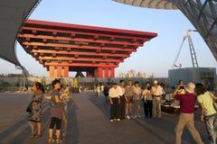 Turista delante del pabellón de China Fotos de archivo libres de regalías