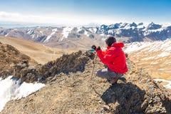 Turista dell'uomo che fotografa vista del paesaggio delle montagne della Bolivia Fotografia Stock Libera da Diritti