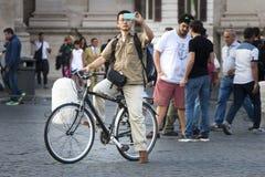 Turista dell'uomo che prende un'immagine Molti turisti Fotografia Stock Libera da Diritti